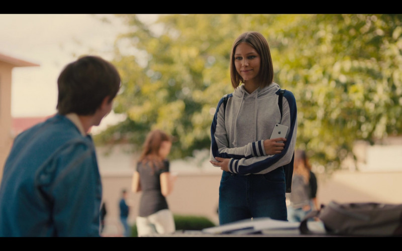 Apple iPhone Smartphone Held by Grace VanderWaal as Susan Caraway in Stargirl (2020)