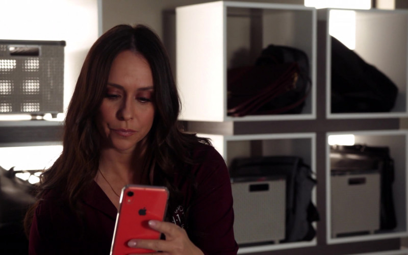 Apple iPhone Smartphone Held by Jennifer Love Hewitt in 9-1-1 S03E13 Pinned (1)