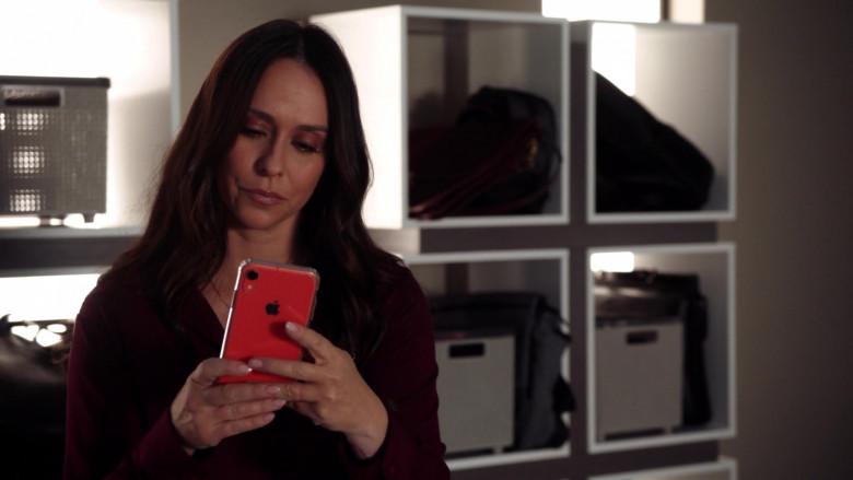Apple iPhone Smartphone Held by Jennifer Love Hewitt in 9-1-1 S03E13 Pinned (2)