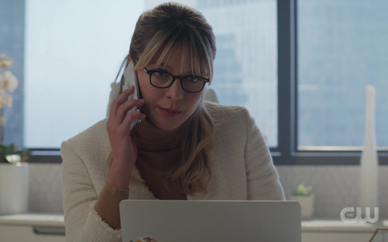 Apple iPhone Smartphone Held by Melissa Benoist as Kara Danvers in Supergirl S05E15