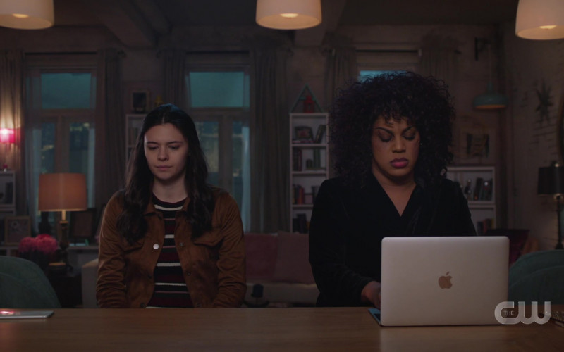 MacBook Laptop Computer by Apple in Supergirl S05E15 Reality Bytes