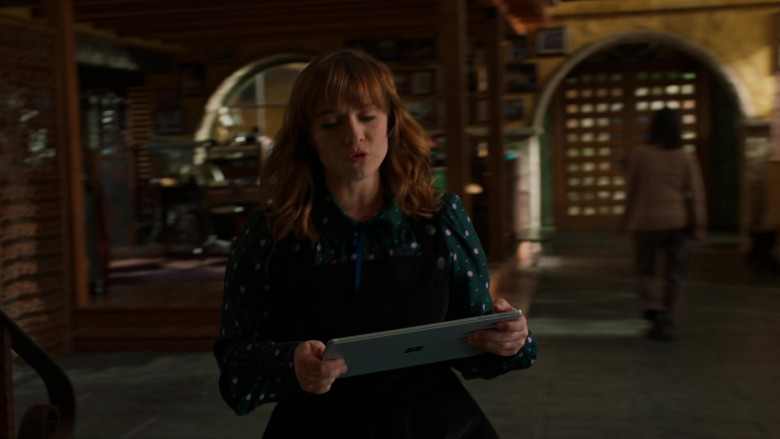 Microsoft Surface Tablet Used by Renée Felice Smith as Special Agent Nell Jones in NCIS Los Angeles (1)