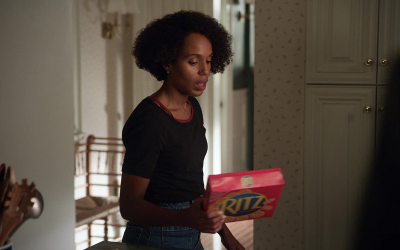 Ritz Crackers Held by Kerry Washington as Mia Warren in Little Fires Everywhere S01E02