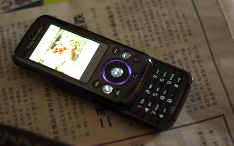 Sony Ericsson Walkman Mobile Phone in Contagion (2011)