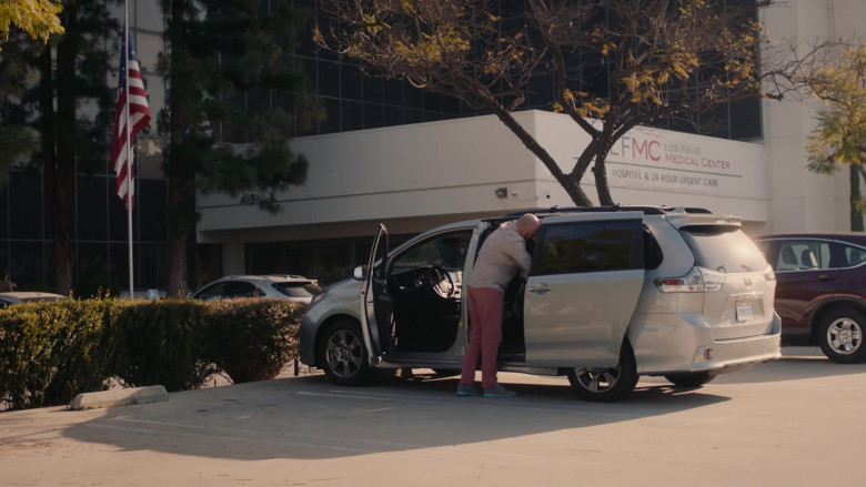 Toyota Sienna Car Driven by Chris Sullivan as Toby Damon in This Is Us S04E18 (1)