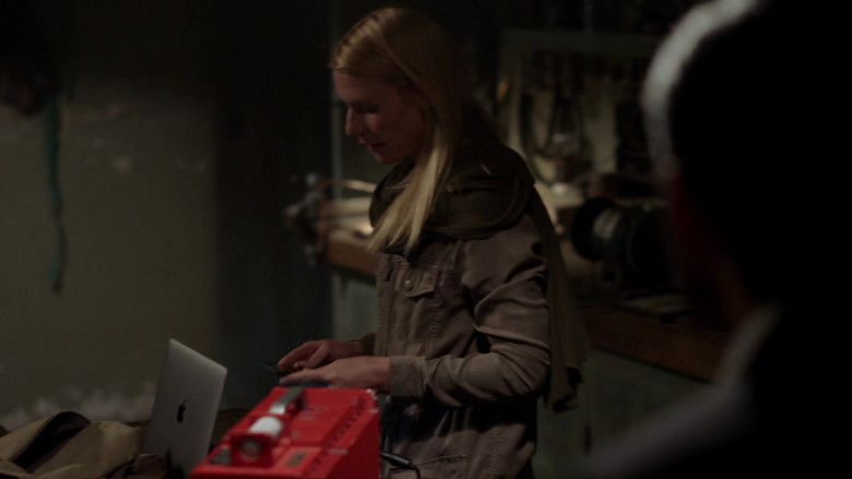 Apple MacBook Laptop Used by Claire Danes as Carrie Mathison in Homeland S08E09 (1)