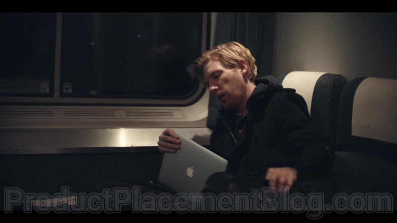 Apple MacBook Laptop Used by Domhnall Gleeson as Billy Johnson in Run S01E02 Kiss (1)