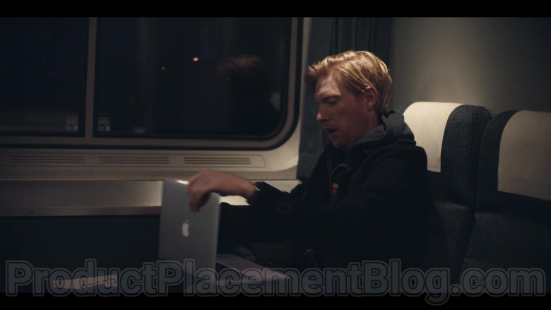 Apple MacBook Laptop Used by Domhnall Gleeson as Billy Johnson in Run S01E02 Kiss (2)
