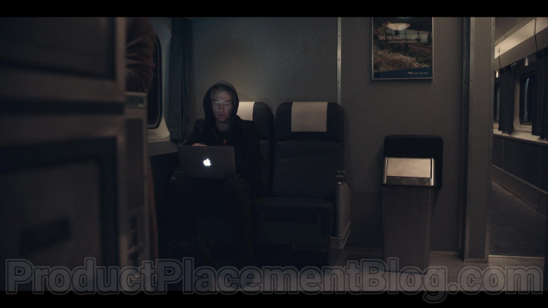 Apple MacBook Laptop Used by Domhnall Gleeson as Billy Johnson in Run S01E02 Kiss (3)