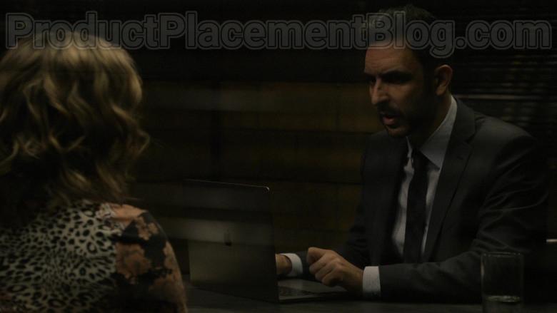 Apple MacBook Laptop in The Blacklist S07E16 Nyle Hatcher (3)