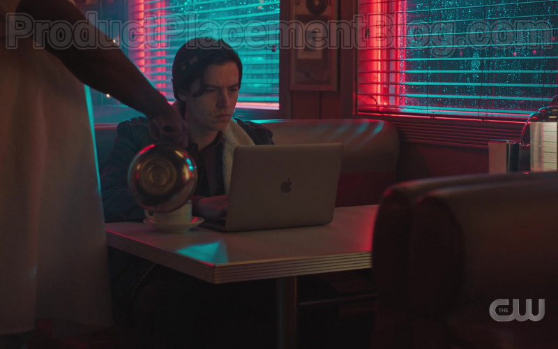 Apple MacBook Laptop of Cole Sprouse in Riverdale S04E17 (1)
