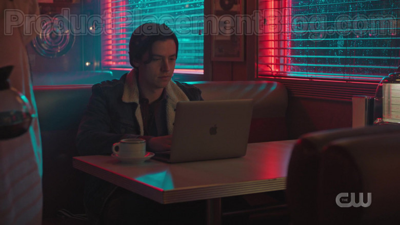 Apple MacBook Laptop of Cole Sprouse in Riverdale S04E17 (2)