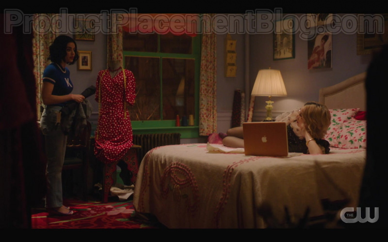 Apple MacBook Laptop of Julia Chan as Pepper Smith in Katy Keene S01E09