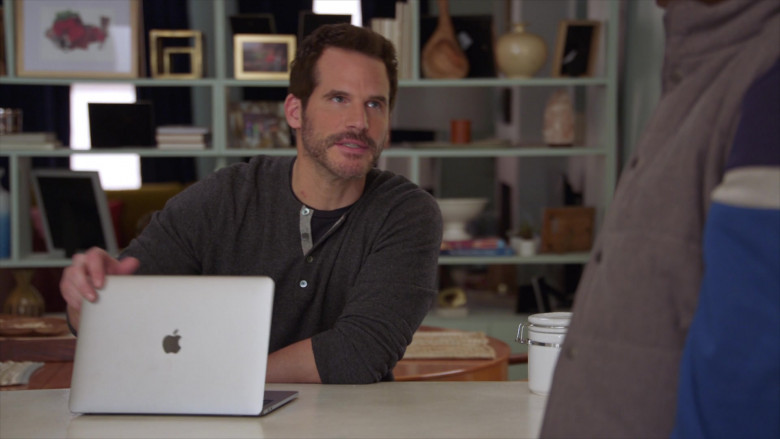 Apple MacBook Laptop of Ryan Gaul as Josh in The Last O.G. S03E01 (3)