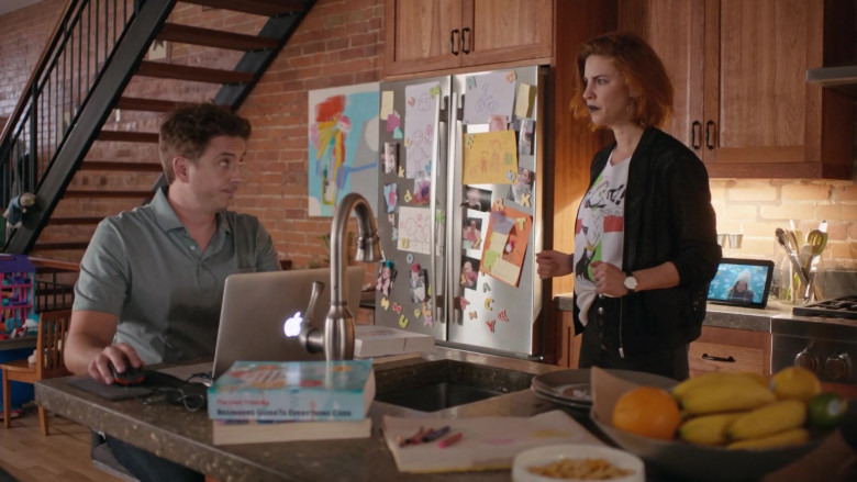 Apple MacBook Laptops in Workin' Moms S04E07 (3)