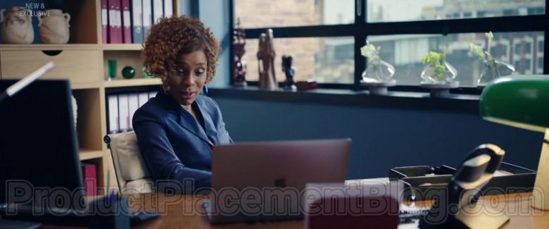Apple MacBook Pro Laptop in Flack S02E02