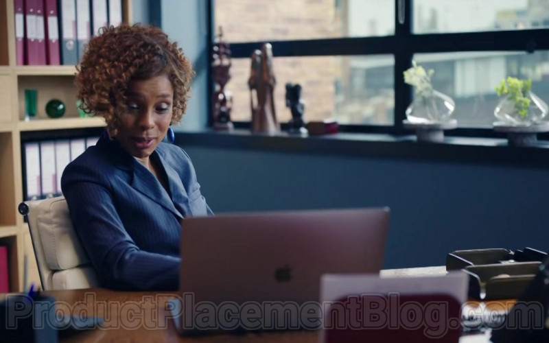 Apple MacBook Pro Laptop in Flack S02E02