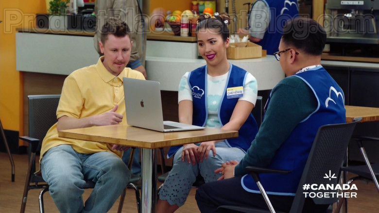 Apple MacBook Pro Laptop in Superstore S05E21 (2)