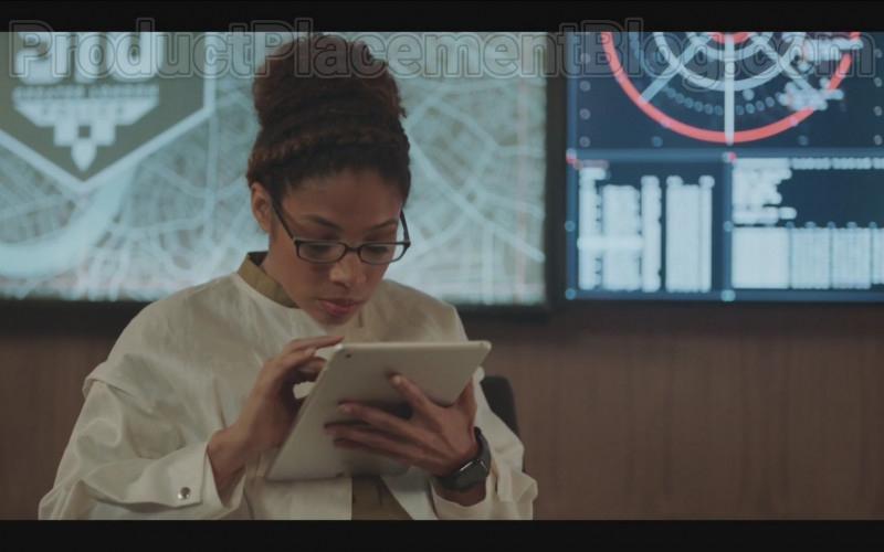 Apple Watch in Code 404 S01E06 (2020)
