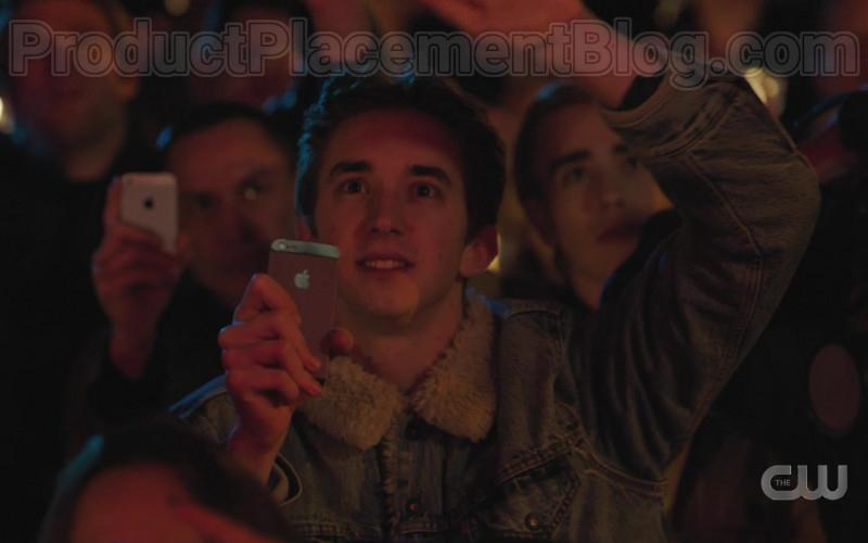 Apple iPhone Smartphone in Riverdale S04E17