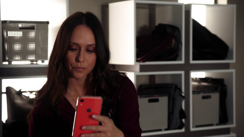 Apple iPhone Smartphone of Jennifer Love Hewitt as Maddie in 9-1-1 S03E14 (2)