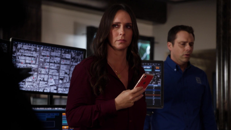 Apple iPhone Smartphone of Jennifer Love Hewitt as Maddie in 9-1-1 S03E14 (4)