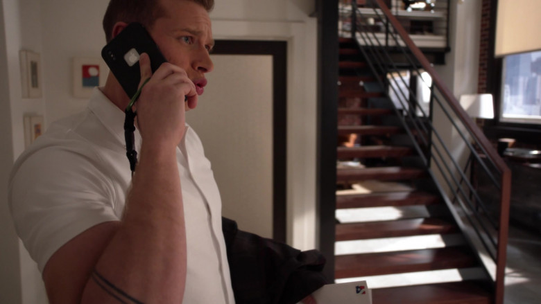 Apple iPhone Smartphone of Oliver Stark as Evan 'Buck' Buckley in 9-1-1 S03E14 (1)