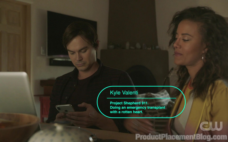Apple iPhone Smartphone of Tyler Blackburn as Alex Manes in Roswell, New Mexico S02E05