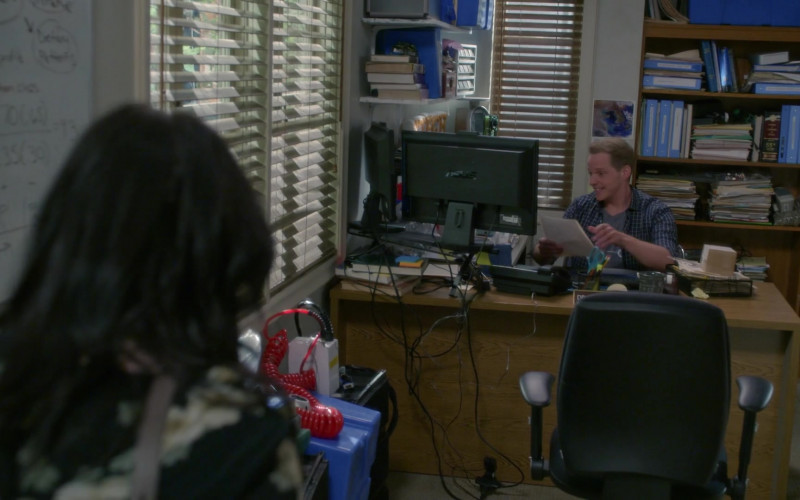 Asus Monitor in Modern Family S11E17 (1)