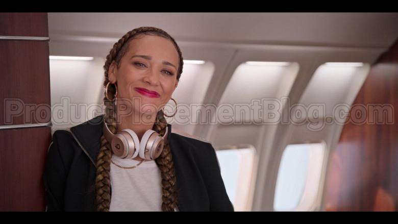Beats Headphones Used by Rashida Jones as Joya Barris in #blackAF S01E07 (4)