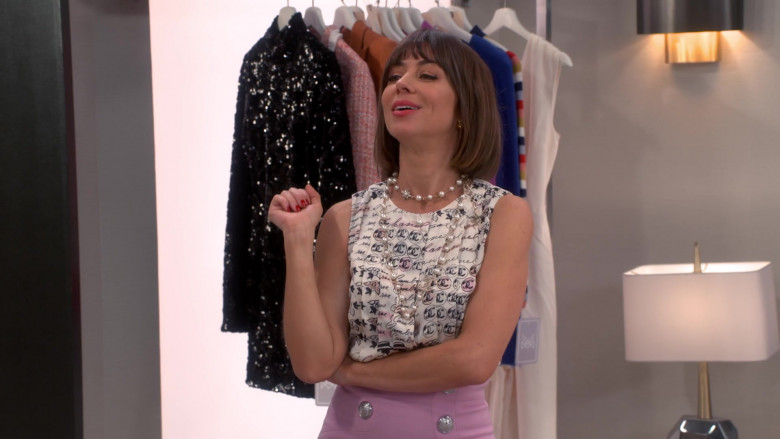Chanel Blouse of Natasha Leggero as Elizabeth in Broke S01E02 (1)