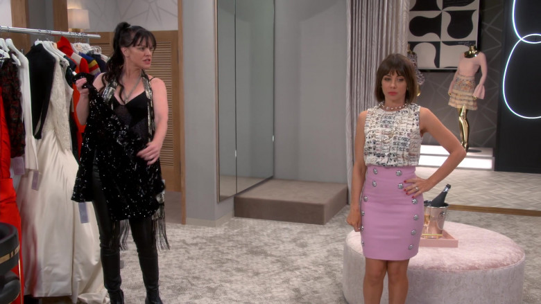 Chanel Blouse of Natasha Leggero as Elizabeth in Broke S01E02 (3)