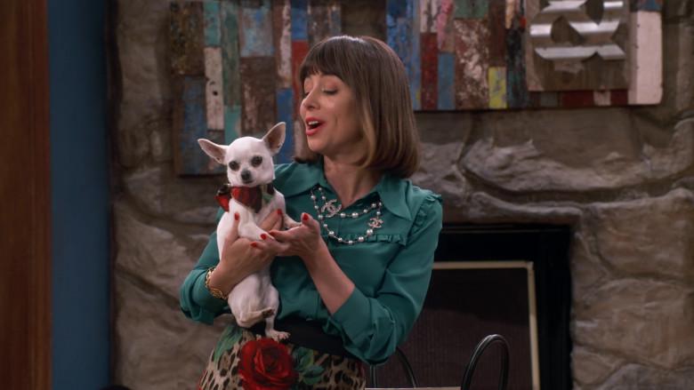 Chanel Pearl CC Necklace Worn by Natasha Leggero as Elizabeth in Broke S01E01 (6)
