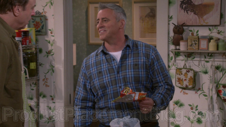 Cheetos Snack Held by Matt LeBlanc in Man with a Plan S04E05 (1)