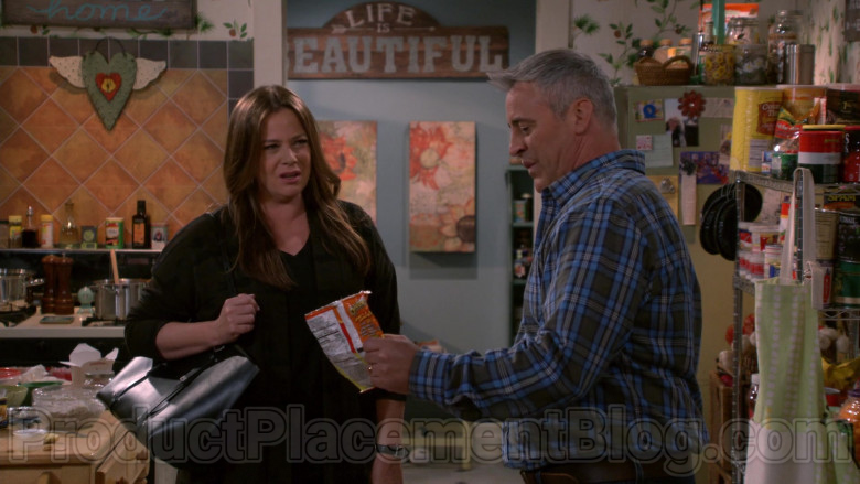 Cheetos Snack Held by Matt LeBlanc in Man with a Plan S04E05 (2)