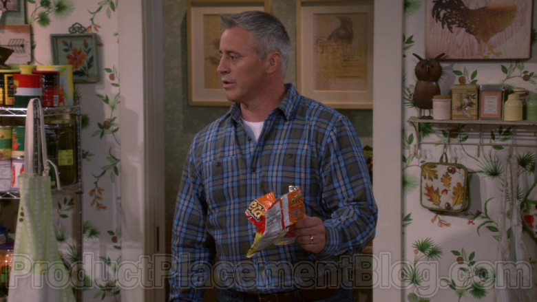 Cheetos Snack Held by Matt LeBlanc in Man with a Plan S04E05 (3)