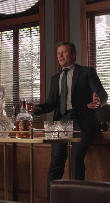 Chivas Regal 12 Year Old Whisky in Dynasty S03E17 (2)