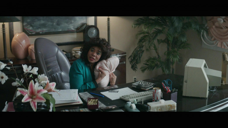 Diet Coke Enjoyed by Regina Hall as Dawn Darcy in Black Monday S02E06 (2)