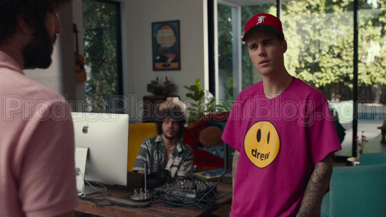 Drew Pink T-Shirt of Justin Bieber in Dave S01E08 PIBE (2)