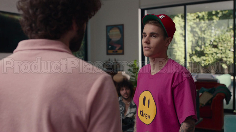 Drew Pink T-Shirt of Justin Bieber in Dave S01E08 PIBE (3)