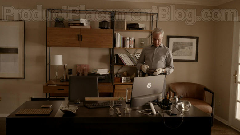 HP Monitor in Bosch S06E06 (1)