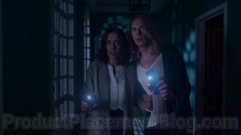 Huawei Blue Smartphone in The House of Flowers S03E10 ELFDOCK (Symb. tears) (2020)