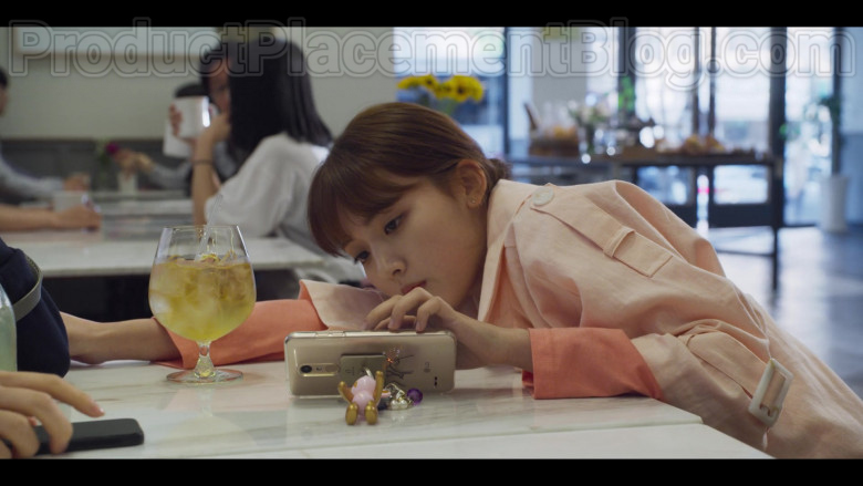 LG Smartphone in Extracurricular S01E04 (2020)