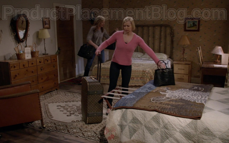 Louis Vuitton Luggage in Mom S07E20 (1)