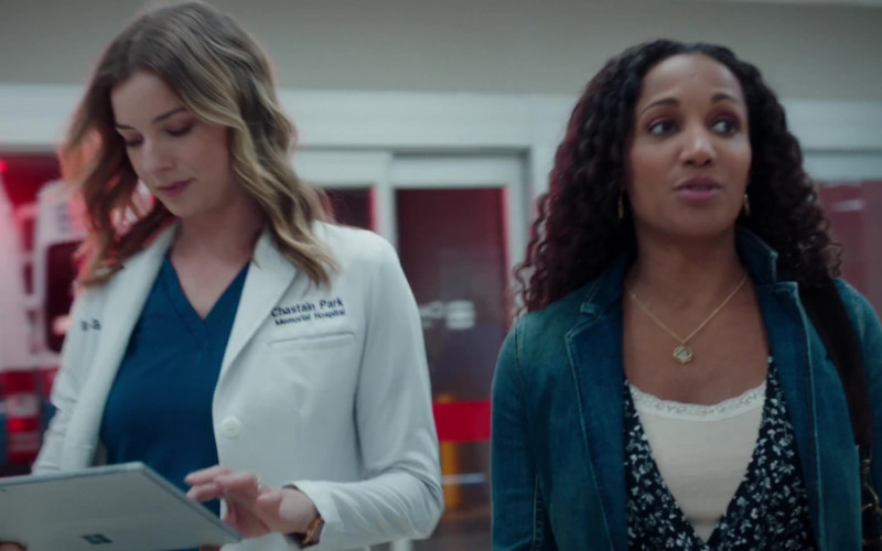 Microsoft Surface Tablet of Emily VanCamp as Nic Nevin in The Resident S03E20 (1)