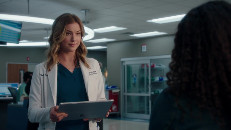 Microsoft Surface Tablet of Emily VanCamp as Nic Nevin in The Resident S03E20 (2)