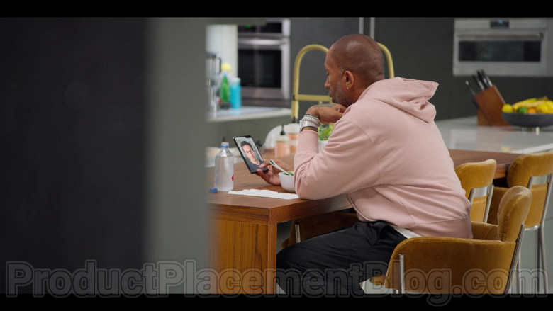 Samsung Galaxy Fold Smartphone Used by Kenya Barris in #blackAF S01E04 (5)