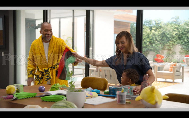 Versace Yellow Bathrobe of Kenya Barris in #blackAF S01E03