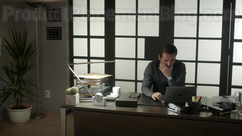 Actor Using Apple MacBook Laptop in Vida S03E06 Episode 22 2020 TV Series (1)