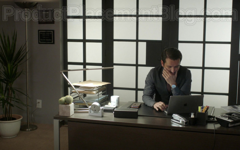 Actor Using Apple MacBook Laptop in Vida S03E06 Episode 22 2020 TV Series (1)